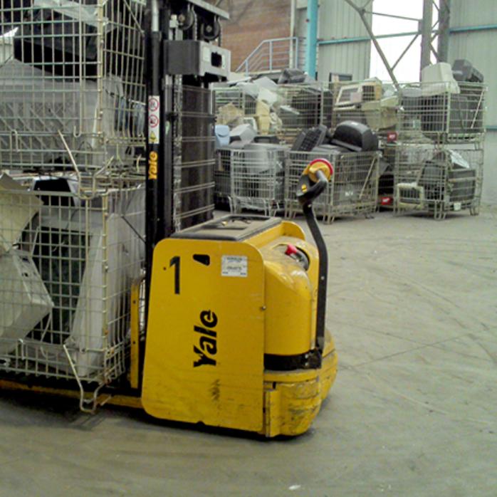 entrepôt de stockage avec un transpalette